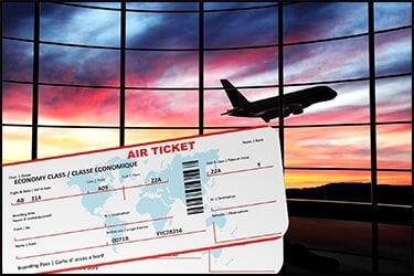 כרטיסי טיסה ומטוס ברקע של שקיעה צבעונית