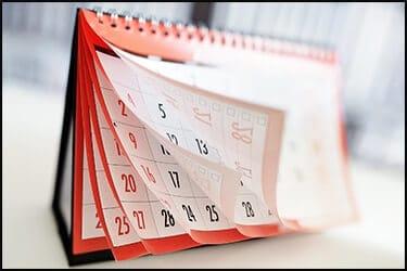 לוח שנה חודשי שולחני בצבע אדום