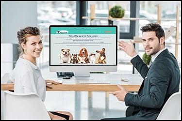 איש עסקים ואשת עסקים מראים לנו מסך מחשב עם האתר של פטס2פליי