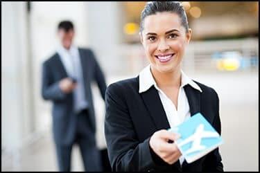 אשת עסקים מוסרת כרטיס טיסה
