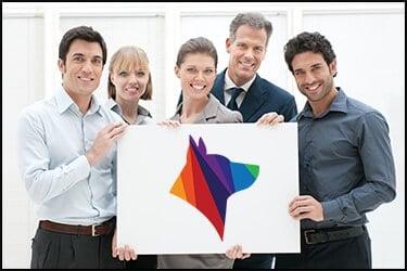 אנשי עסקים מחזיקים שלט עם לוגו של פטס2פליי