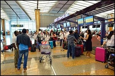 תור ארוך של אנשים בדלפקי הצ'ק אין בשדה התעופה