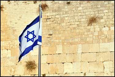 דגל ישראל על רקע החומה המערבית בירושלים