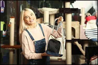 בחורה מחזיקה תיק הטסה